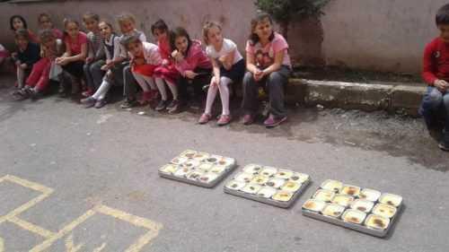 Trabzon'da İlkokul Çocuklarına Sütü Sevdirmek İçin Sütlaç Yapan Esnaf