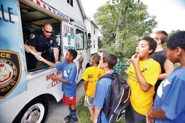 Hollywood'da Bile Bulamazsın: Dondurma Dağıtan Polisler