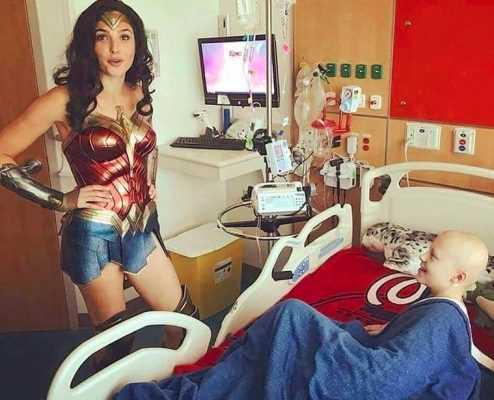 Wonder Woman Karakterinden Hasta Çocuklara Moral Ziyareti