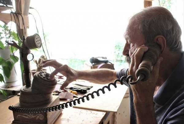 Ahşaptan Ev Telefonu Yapıyor