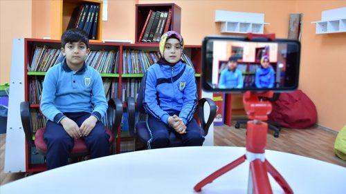 İngilizceyi Kamera Karşısında Öğreniyorlar