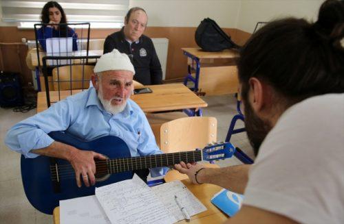 80 Yaşında Gitar Çalmayı Öğrendi