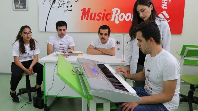Batmanlı Öğrenciden Görme Engellilere Nota Öğreten Piyano