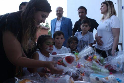 Sevgi Evlerindeki Çocukları Oyuncak Kalplerle Mutlu Ettiler