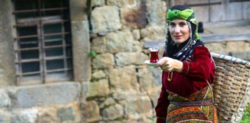 Turistlere, En İyi Çayı Demlemenin Tarifini Veriyor