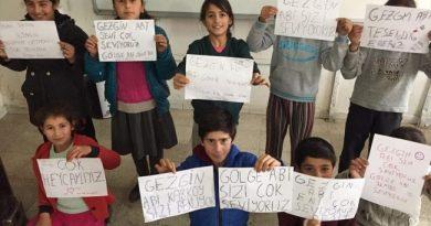 Otostopla Türkiye'yi Gezen Müzisyen Çocukların Yüzünü Güldürüyor