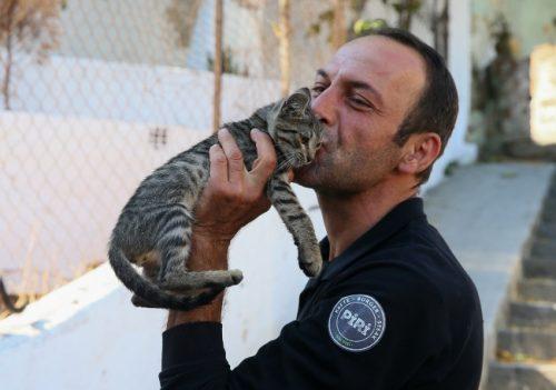 Sokak Hayvanlarını Doyurmak İçin Motosikletiyle İzmir'i Turluyor