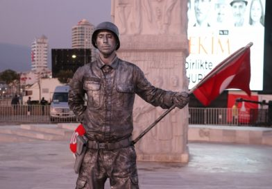 Canlı Heykelden 24 Saatlik Asker Selamı Rekoru