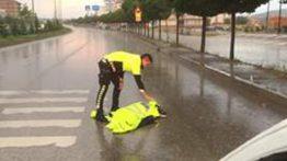 Yaralı Köpeğe Polis Şefkati