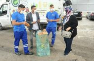 Geri Dönüşebilir Atıkları Getiren Vatandaşlara Belediyeden Alışveriş Çeki